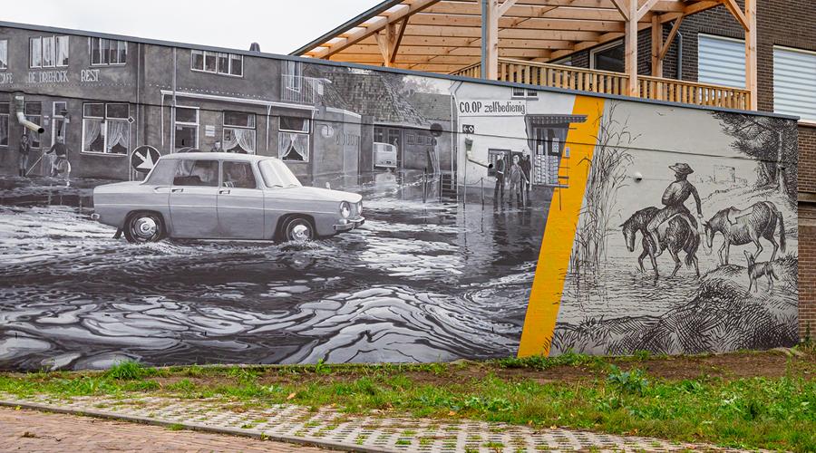 Afbeelding   streetart met man op paard rechts, die door de voorde (Lichtenvoorde) waad
